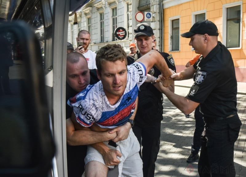 Нет ни одного закона, запрещающего носить футболку с надписью Russia на Украине!